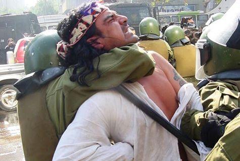 Esta foto fue tomada en enero, durante la represión contra el  pueblo Mapuche.  Se observa como un gendarme toma por el cuello a una persona. En sus gestos se descubre que lo esta lastimando. Es una relación indical, de coexistencia.  Esta imagen funciona como un buen analizador del momento socio-politico que estamos viviendo. Habla de una sociedad violenta que vulnera los derechos humanos. Se persigue y castiga  al que enfrenta el poder del Estado.