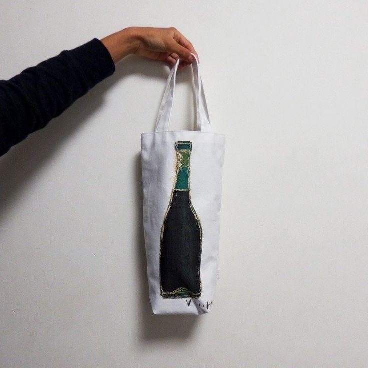 """食べ物の大きさに合わせてデザインしたバッグ""""FOODS""""シリーズのひとつで、 ワインが1本入るバッグです。  裏地はついていますが、ポケットはありません。 シンプルな綿素材のトートバッグです。   こちらはアトリエ併設のショップとの並行販売となっており、 売り切れの表示への切り替..."""