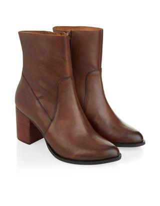 A modern wardrobe classic, our Kiana leather ankle boots are designed with rounded point toes and sturdy block heels. Side zip fastenings create a secure and...