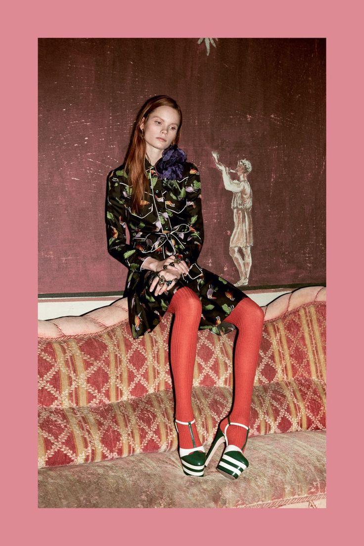 Шелковое платье, украшенное яркими птицами, — визитная карточка новой коллекции Gucci. Модель прямого силуэта имеет строгий рубашечный воротник и декорирована контрастной белой строчкой. Будет сочетаться с балетками, грубыми ботинками или элегантными ботильонами.