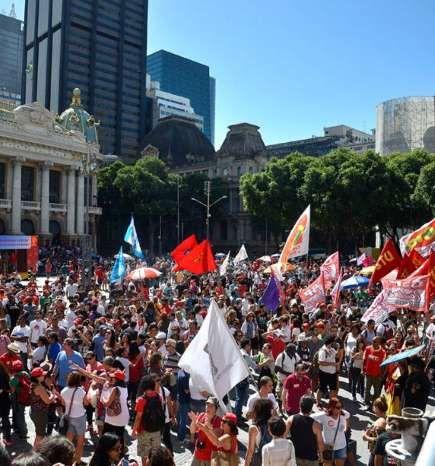 Ato convocado por centrais sindicais reune milhares de manifestantes na Cinelând... - Tânia Rêgo