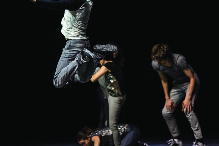 Bei der Tanzperformance Democracy sind fünf Tänzer immer in ständiger Aktion miteinander.