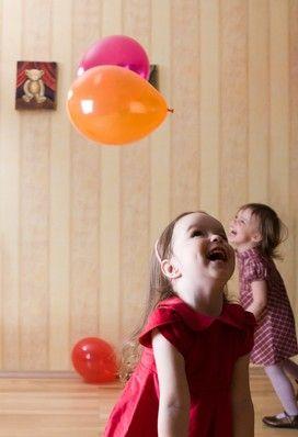 SPEL 2 VOOR DOOSMOMENT   Je stopt in je doos of spelkoffer een paar ballonnen. Je laat de peuter eerst even zelf experimenteren met de doos en hoe ze deze open krijgen als ze de doos open gekregen hebben (helpen indien nodig) halen ze de ballonnen er uit. Je kan zelf ook nog een paar ballonnen meenemen die niet opgeblazen zijn en deze dan opblazen als de peuters er bij zijn.