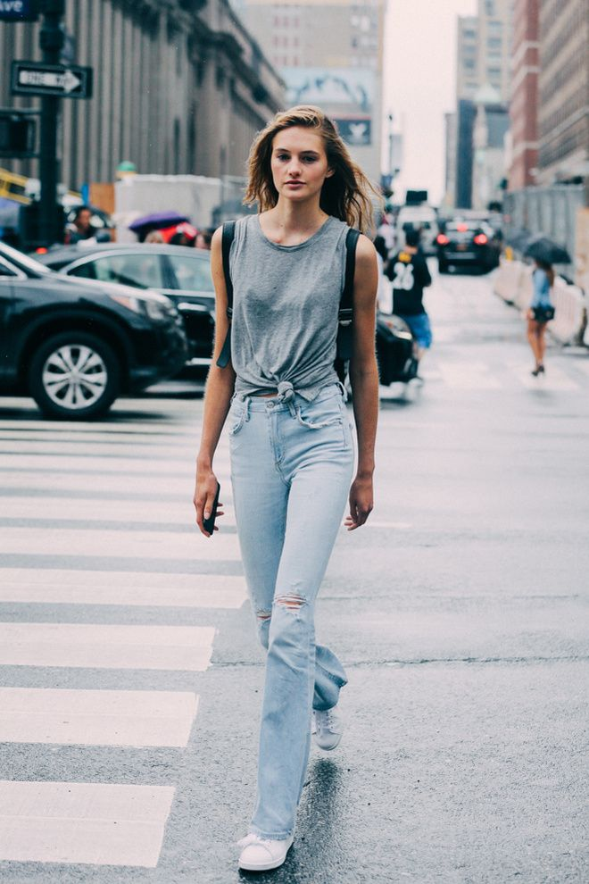 Street looks à la Fashion Week printemps-été 2016 de New York, jean, top gris, maquillage nude