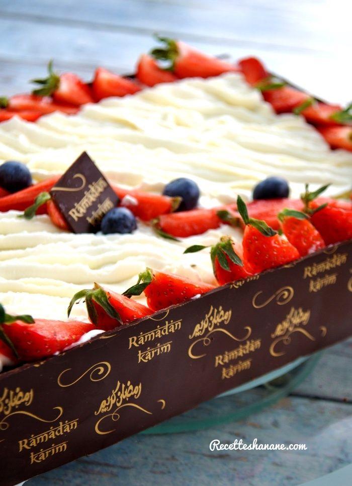Comme promis il y'a quelques jours sur ma page Facebook, voici la recette du gâteau au chocolat/Fraises que j'ai décoré avec les bandes de chocolat imprimé grâce aux feuilles de transfert.. J'ai mis plus bas la vidéo du montage et de la déco ;) C'est...