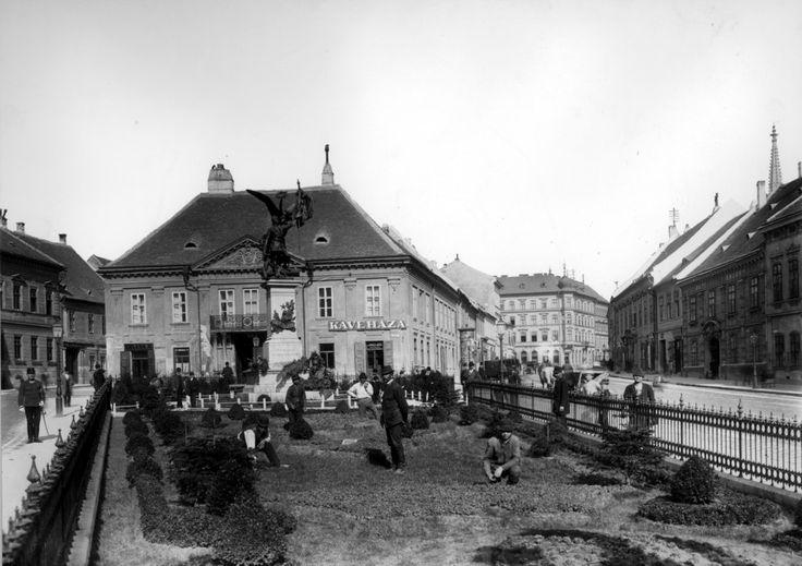 1854-re befásítják az Erzsébet tér akkori sétányát.