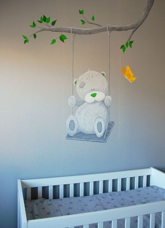 Muurschildering van een Me to You beertje voor in de babykamer, heel populair. Kan op allerlei manieren gecombineerd worden, hier zelfs op grijs behang met structuur.     Me to You behang, mural