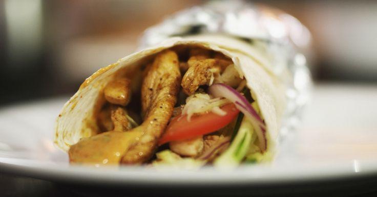 Deze goedgevulde rol is perfect als snelle lunch of als een stevige snack. Het is een soort fast food met gebakken kip, veel groenten en een smakelijk sausje. Als je zelf een bescheiden salad bar op de tafel zet, dan kan iedereen z'n dürüm naar persoonlijke smaak vullen.extra materiaal:een grove (groente)raspaluminiumfolie