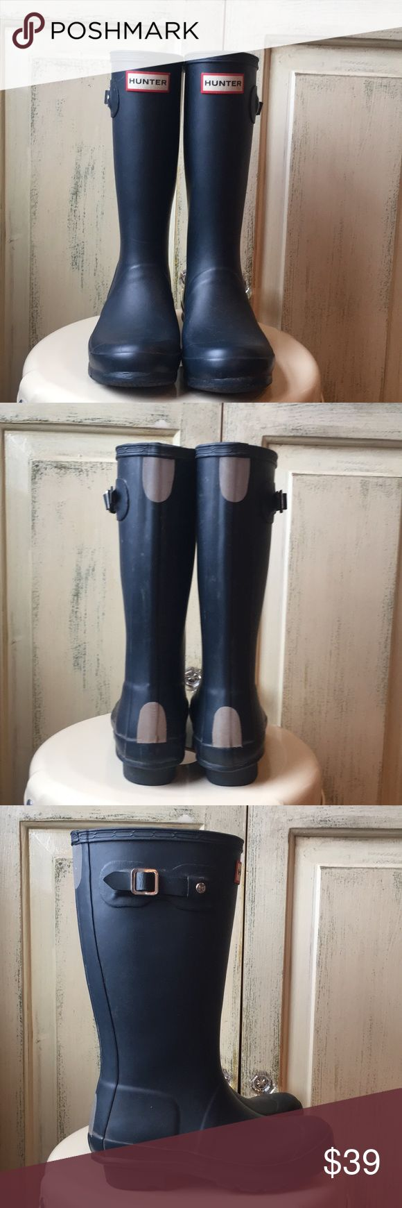 Kids Hunter rain boots navy blue size 1.5 The handcrafted Original Kids Rain Boot forms a smaller version of the iconic adult boot.  A reflective back strap and graded leg heights offer safety and comfort for growing children. Waterproof, textile lining, natural rubber, matte finish. Hunter Shoes Rain & Snow Boots #Childrenrainboots #childrensnow