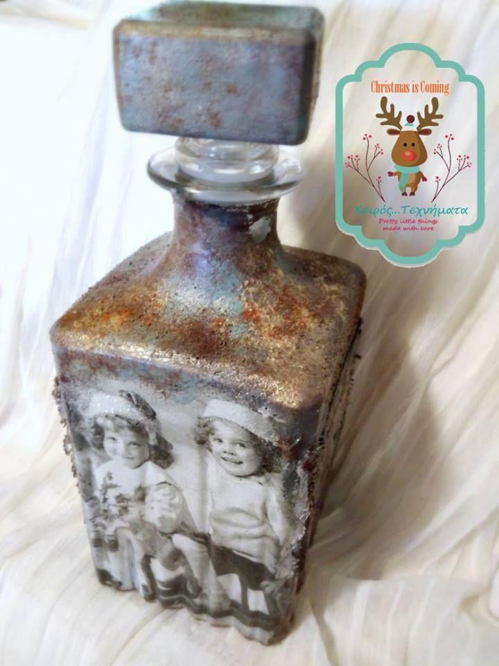Γυάλινο μπουκάλι με Χριστουγεννιάτικη απεικόνιση, φτιαγμένο με ντεκουπάζ, εφέ σκουριάς και παλαίωση. Χρησιμοποιείται ως χρηστικό και διακοσμητικό
