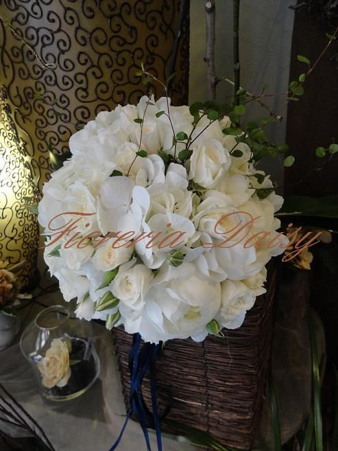 Bouquet da sposa, ortensie bianche, peonie bianche e rose mini