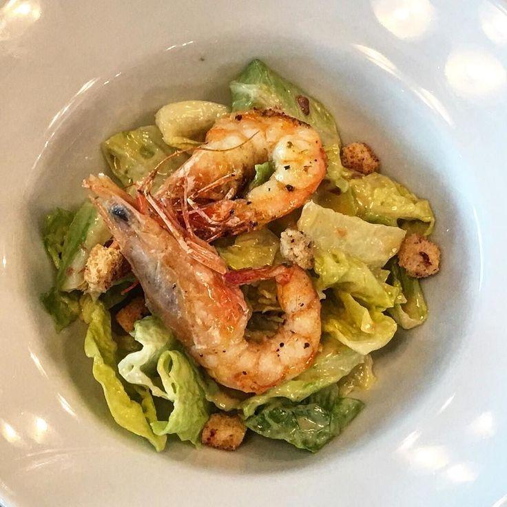 Karidesli Sezar salatası.  Kurutulmadan ızgara edilmiş iri karidesler  mutfağımızda yapılmış orijinal soslu harika bir sezar salatası üstünde.  Yakında tüm restoranlarımızda.  #shrimp #karides #sezarsosu #sezarsalata #ceasersalad #crutons #parmesan #parmiggiano #adreamlunch #yemeiçme #gourmet #gurme #delicious #yummy #foodie #casualfinedining #hubistanbul
