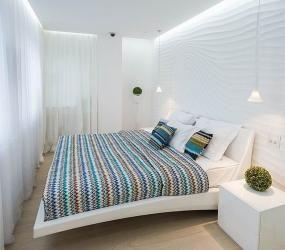 Белая узкая спальня