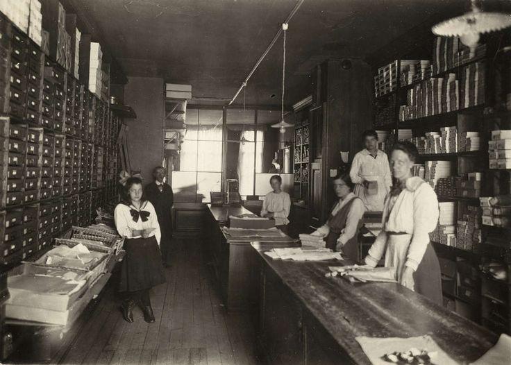 Aantal medewerkers / arbeiders in het magazijn van een fabriek in handwerken. Nederland, Amsterdam, 1918.