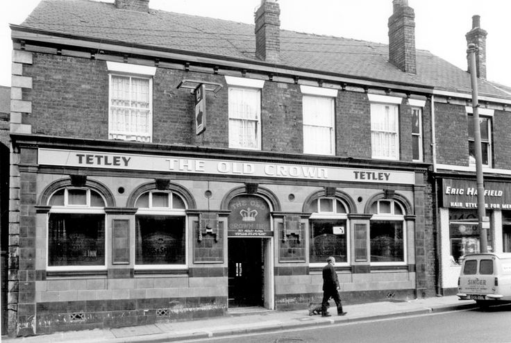 The Old Crown Inn, Nos 137-139, London Road. At the time of the photograph, the landlord was Roy Hedley Marsh