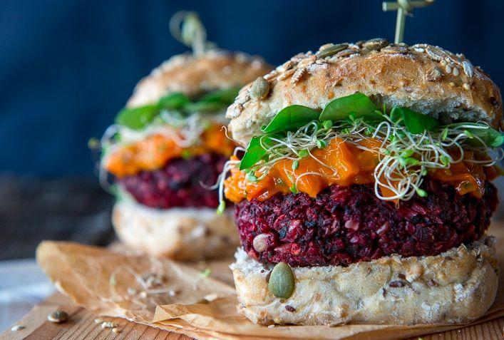 Вегетарианский бургер со свёклой и шампиньонами