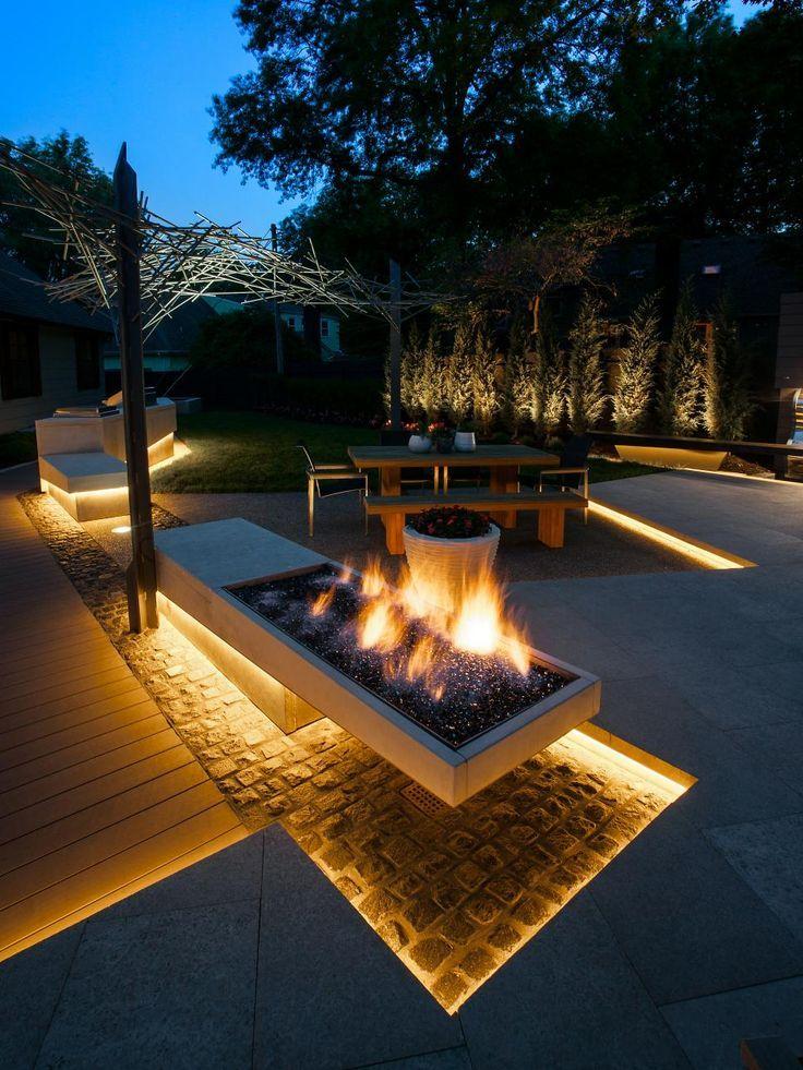 Leuchtender Hinterhof Mit Moderner Grafik