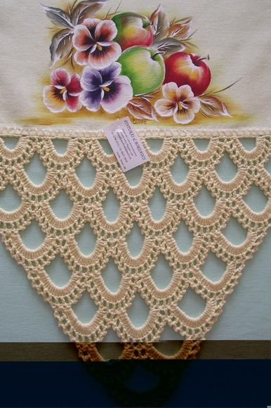 Pano de prato de algodão amarelo claro, pintado a mão livre e acabamento em croche com fio de algodão.    Frete por conta do comprador. R$ 30,00