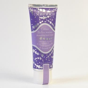 Zkrášlující krém na ruce s obsahem esenciálního oleje levandule v biokvalitě. Vyživuje a jemně parfémuje pokožku rukou. Malé množství krému naneste na ruce a jemnou masáží jej vetřete do pokožky.