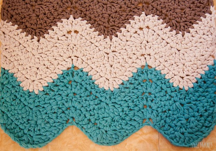 Chevron Rug tutorial with charts by Sweet&Knit, in Spanish. On her blog you can find more free crocheted rug patterns and oh...her dog Bob is the cutest.