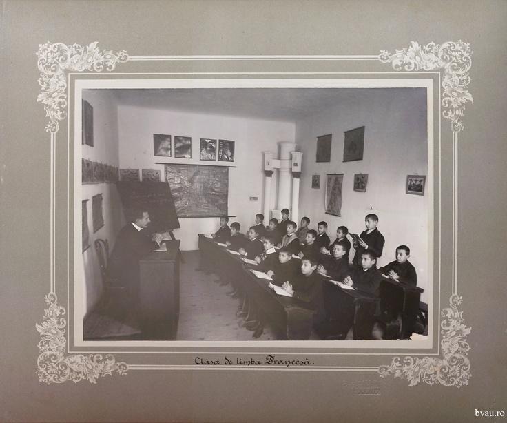 """Şcoala de băieţi - Clasa de limbă franceză, Galati, Romania, anul 1906, http://stone.bvau.ro:8282/greenstone/collect/fotograf/index/assoc/Jpag012.dir/Pag12_Clasa_de_limba_francesa.jpg.  Imagine din colecţiile Bibliotecii Judeţene """"V.A. Urechia"""" Galaţi."""