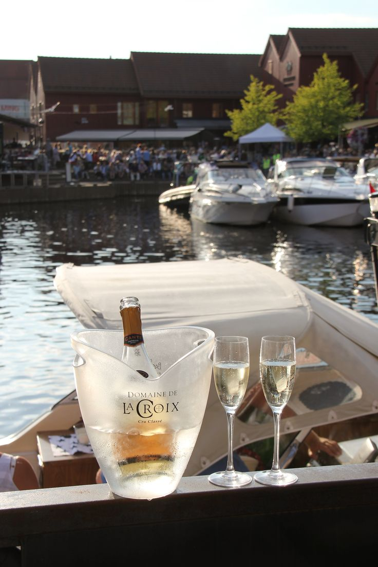 At the bars and restaurants at Fiskebrygga in Kristiansand you sit by the harbour and enjoy the boats passing by.  Photo: Jorunn Jensen©Visit Southern Norway