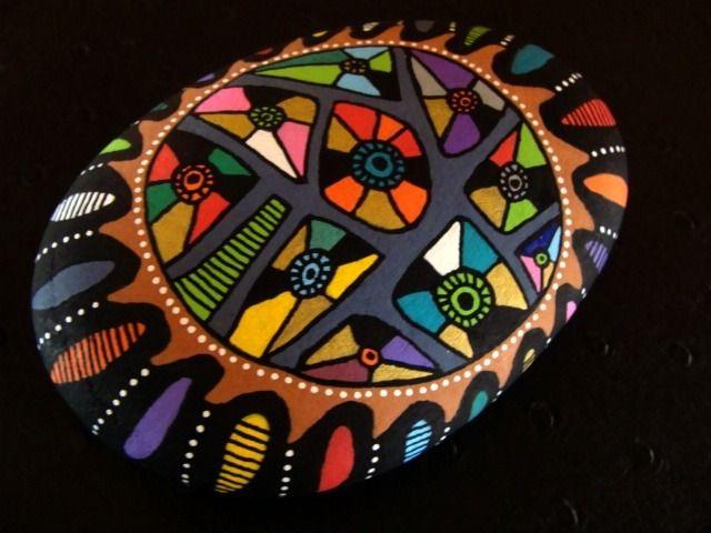 137, Galet peint à l'acrylique dans des tons vifs et multicolore, rouge, bleu, noir, jaune, vert métallisé,                                                                                                                                                                                 Plus