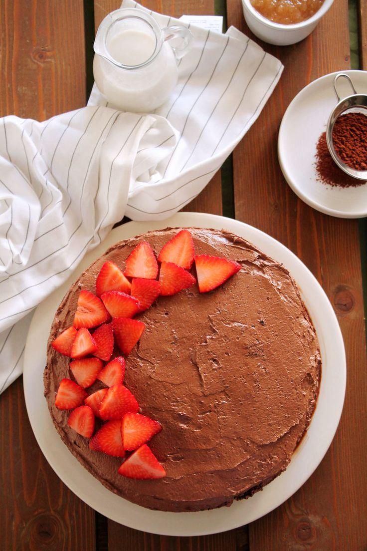 Έφτιαξα μια νηστίσιμη σοκολατένια τούρτα για τα γενέθλια της μαμάς μου. Το σοκολατένιο κέικ είναι φοβερά ζουμερό. Η κρέμα από την άλλη μεριά είναι πλούσια σε γεύση
