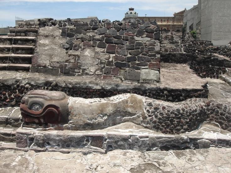 Este templo se llama el Templo Mayor. Está en  la Cuidad de México, México. Los aztecas lo hicieron. El templo es para el dios de guerra, Huitzilopochtli, y el dios de llueve, Tlaloc.