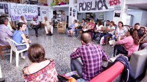"""Vídeo-Presentación de la Enredadera de Tetuán, Madrid  Os pasamos un vídeo fantástico del Colectivo Manglar sobre el trabajo que se hace en el centro social """"La Enredadera"""" del madrileño distrito de Tetuán, con entrevistas a algunos de los grupos que allí se reúnen: Asamblea 15M. stopdesahucios Tetuán, Banco de Alimentos e Invisibles.  ver vídeo: http://laoropendolasostenible.blogspot.com.es/2014/10/video-presentacion-de-la-enredadera-de.html"""