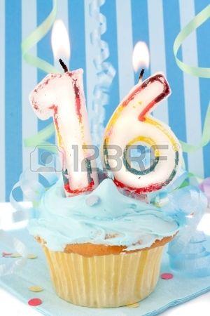 Decimosexto cumpleaños. Cupcake con el número 16 encima. Color frosting azul y fondo decorativo.  Foto de archivo.
