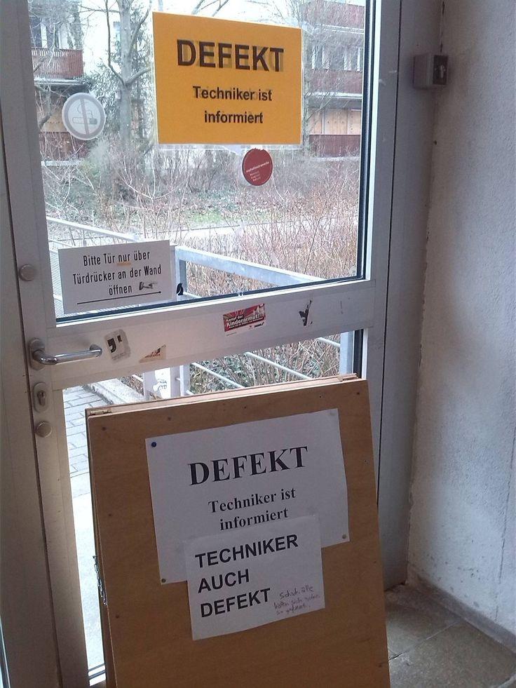 'Techniker ist informiert.' Ein Zettel produzierte an der Uni Mainz immer neue Zettel. Eine kurze Meme-Geschichte.