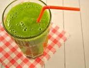 Groene smoothie: aardbei, kiwi, komkommer, spinazie en een scheut amandelmelk