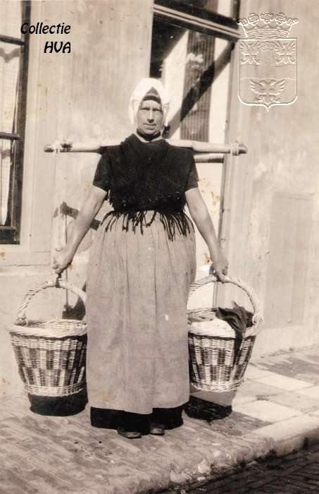 Visleurster Bè van Theu met juk en korven / fishwife with yoke and fishbaskets