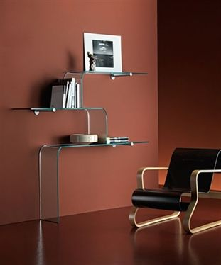'Mensole' Shelf in 10 mm-thick curved glass. Also available in extra-light glass. Metal bracket, glossy black varnished or aluminium.