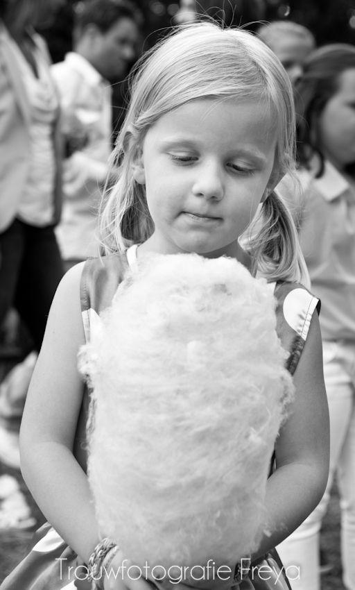 Ook op bruiloften maak ik protrettem - bruidsmeisje met suikerspin - #TrouwfotografieFreya