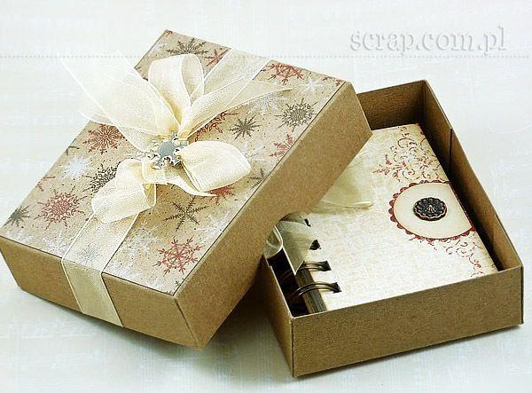 Zimowy upominek, kalendarzyk w pudełku ozdobiony ćwiekami marki Latarnia Morska, śnieżynką i ćwiekiem vinatge.