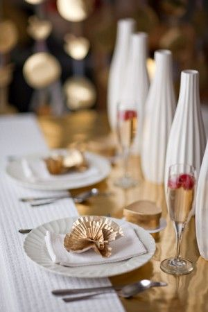 love the gold gift wrap paper as a table runner #silver #gold #christmas