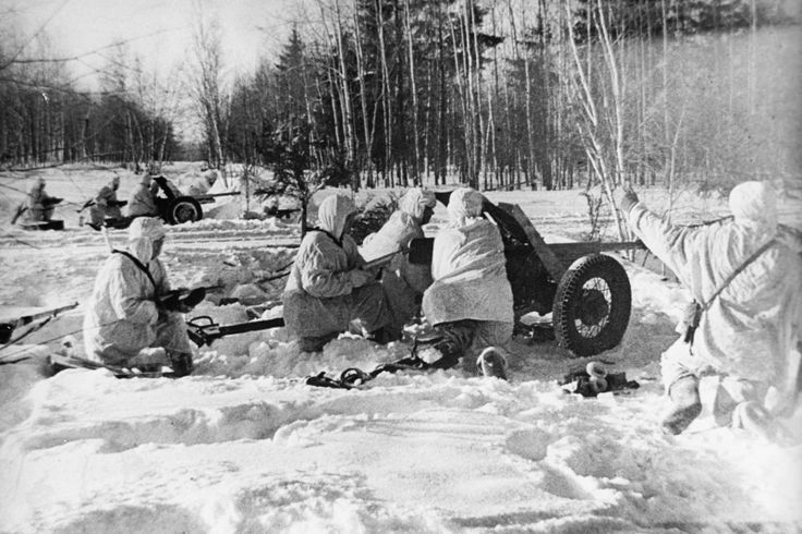 Советские артиллеристы с пушками 53-К готовятся открыть огонь на лесной дороге в битве под Москвой