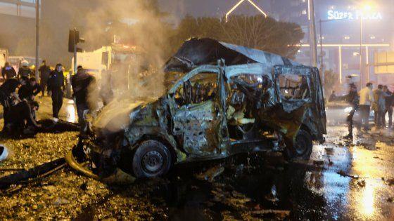 La strage vicino allo stadio del Besiktas, dopo una partita. Obiettivo: un camion di poliziotti. Morti anche 7 civili