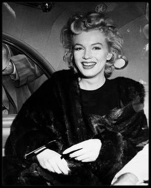 """2 Juin 1956 / Marilyn est de retour à New-York, accompagnée par Milton GREENE, après avoir terminer le tournage du film """"Bus stop"""", tourné en Idaho, à Sun-Valley."""