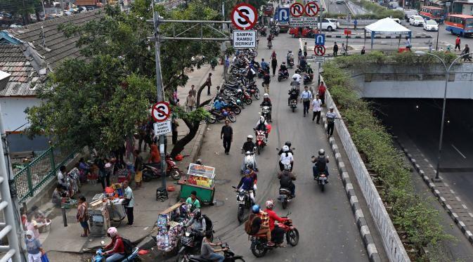 Beginilah Potret Tak Beraturannya Pengendara Motor di Pasar Minggu - Photo Liputan6.com
