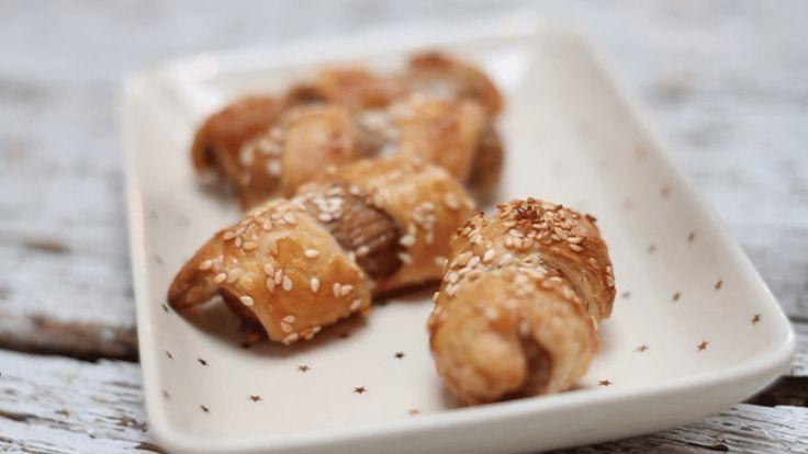 Zo maak je de lekkerste worstjes in bladerdeeg. Voor dit recept gebruik ik….. worstjes. Kijk de video om het nog makkelijker te maken. Mini worstenbroodjes.