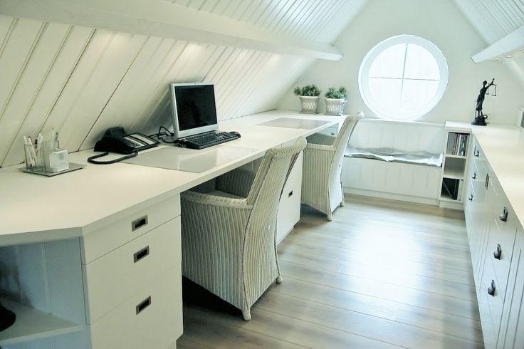Zolder werkkamer op maat met een bureau en veel opbergruimte