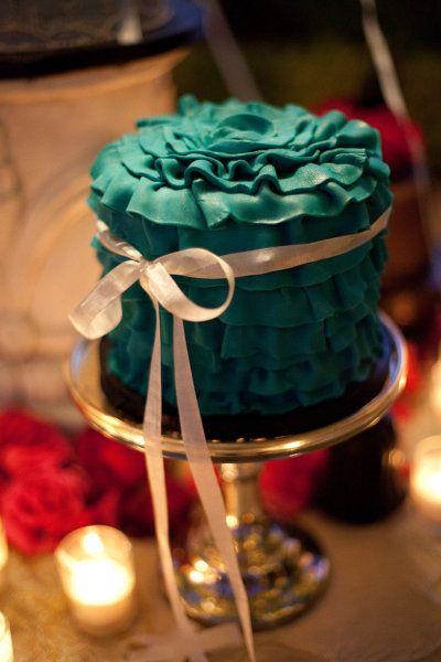 Can you believe those ruffles belong to a cake! LOVE this.  #ruffle #cake #green