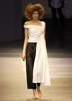 See the entire collection from the Yohji Yamamoto Spring 2005 Ready-To-Wear runway show.