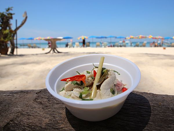 Tom kha gai är en het soppa med kyckling, kokosmjölk, ingefära, chili och citrongräs.