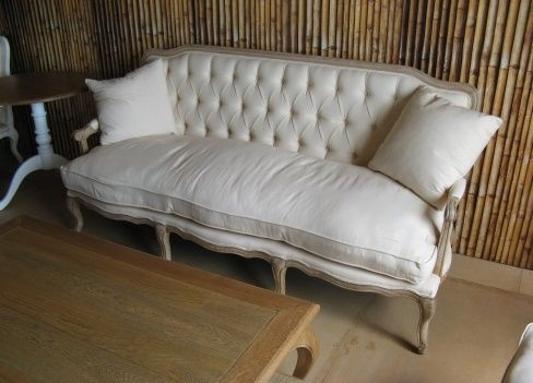 Capitone oak wood decape sofa, 2-seater. Includes beige cushion. | Zazoo Event Rentals