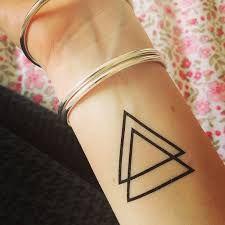 Le triangle est a la base une forme géométrique. Mais, selon son sens d'orientation, il a plusieurs significations : si le triangle a la pointe vers le haut, ça veu dire GARCON, si la pointe est vers le bas, ça veu dire FEMME .  Ce tatoo est baut car il est simple et raffiné.