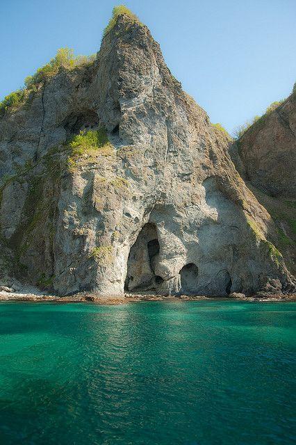 【積丹】北海道の左上の方にある海岸。北海道で唯一の「海中国定公園」に指定されていて、透き通った「積丹ブルー」といわれる海で知られ、奇岩や大岩が点在し、入り江と断崖絶壁が続く。ながらかな海岸線の多い北海道のなかでは特異な場所。